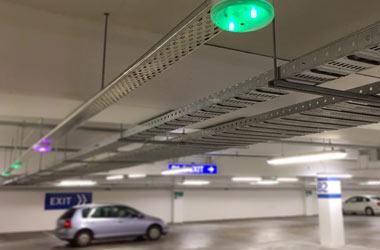 światełka nad miejscem parkingowym